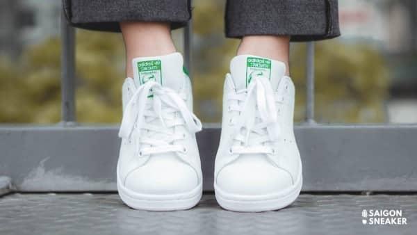 phối giày thể thao với váy