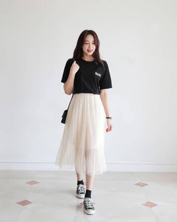 váy kết hợp với giày thể thao