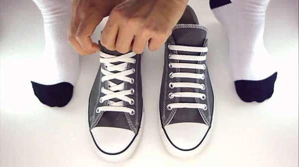 thắt dây giày giấu dây