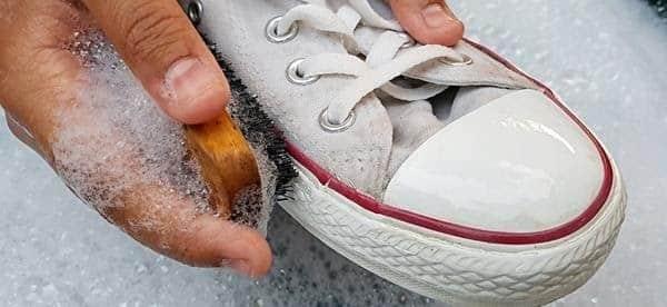 làm sạch giày trắng